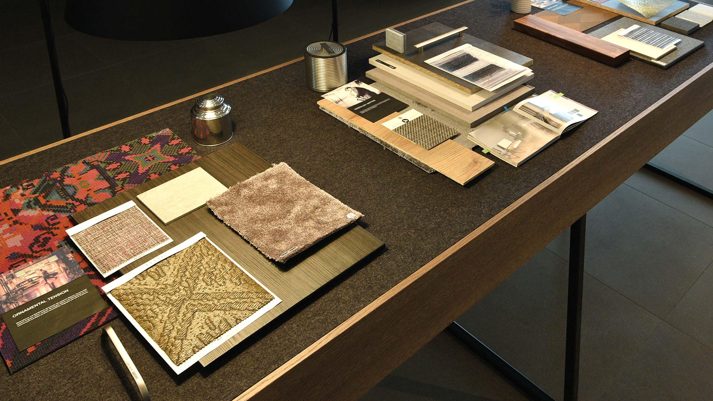 Tisch mit Material- und Farbmoods