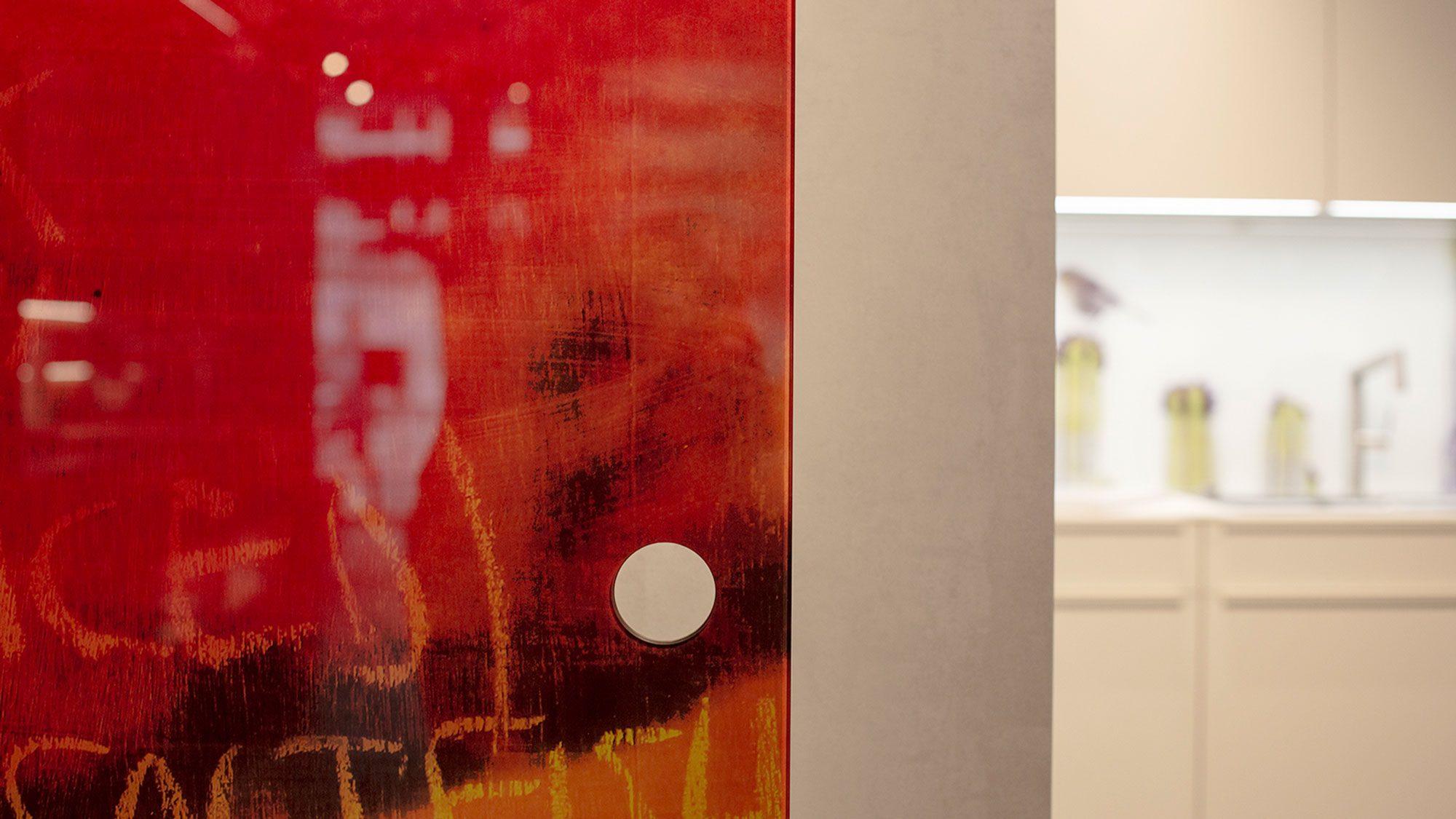 Schiebetüre im Ausstellungsraum